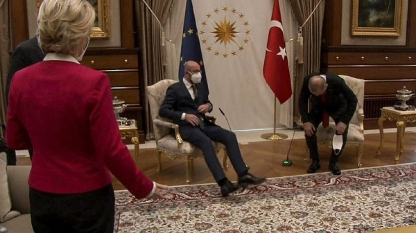 A protocol error raises criticism against the President of Turkey, video