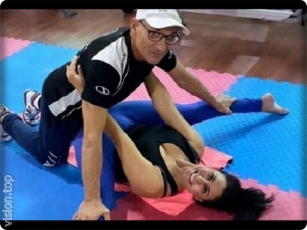 An exciting picture of the Moroccan artist, Asma Khamlichi with her own coach