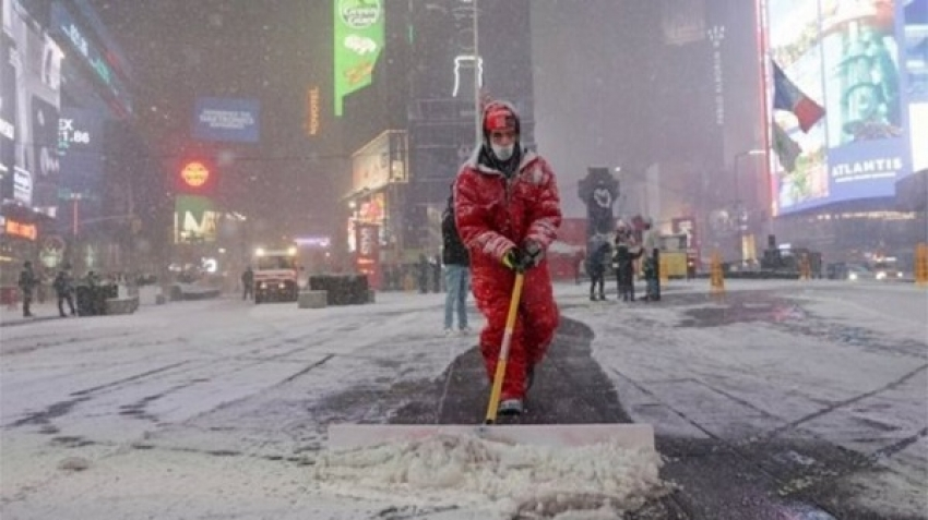 Snow storms continue in America, killing dozens